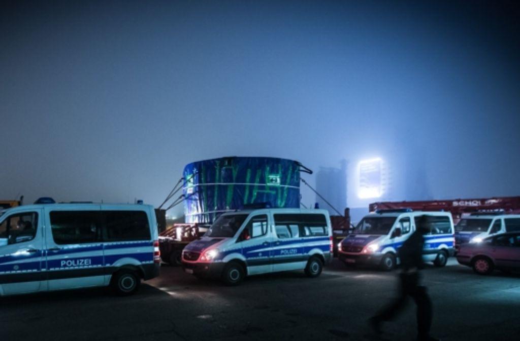 Schwertransport mit viel Polizei- und Demonstranten-Präsenz. Weitere Fotos vom Transport zur Fildertunnel-Baustelle in der Nacht zeigen wir in der folgenden Bilderstrecke. Foto: Achim Zweygarth