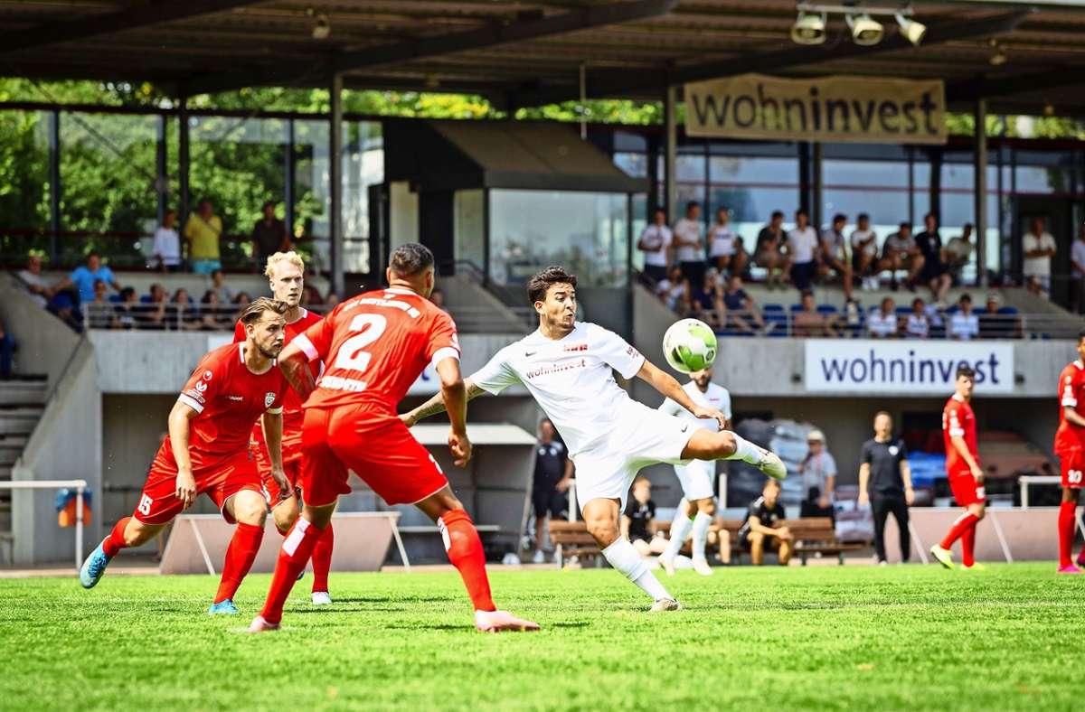 Der Fellbacher Zugang Dominic Sessa (rechts)  zeigt sich in den Testspielen gegen den SSV Reutlingen und den TSV Oberensingen sehr präsent. Foto: Nicklas Santelli