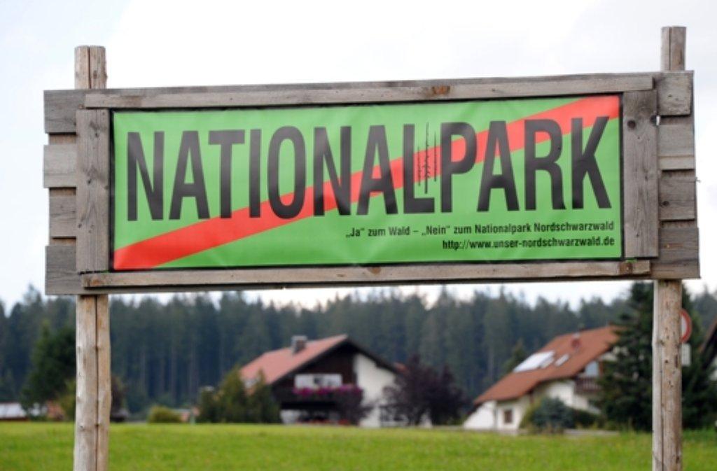 Auf einer Wiese bei Baiersbronn steht ein Schild, das sich gegen einen Nationalpark im Schwarzwald richtet. Der Regionalverband Nordschwarzwald hat sich mehrheitlich gegen den Nationalpark ausgesprochen. Foto: dpa