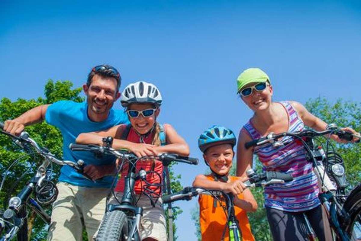Zusammen macht Biken noch viel mehr Spaß - vor allem in den Ferien und am Wegesrand unserer beiden Touren gibt es viel zu entdecken, wie ... Foto: Shutterstock/Max Topchii