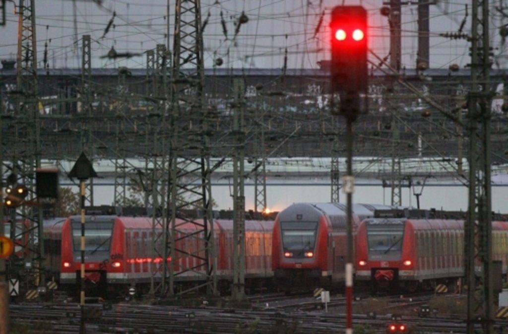 Am Samstagmittag musste der Bahnhof Untertürkheim eine Stunde lang gesperrt werden.  Foto: dpa/symbolbild