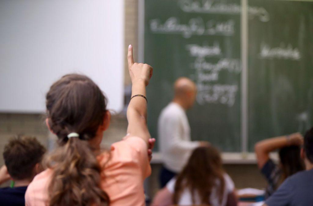 Die Richer waren der Auffassung, dass der Lehrer durch seine Teilnahme an dem Fototermin zumindest stillschweigend eingewilligt hatte. (Symbolbild) Foto: dpa/Daniel Karmann