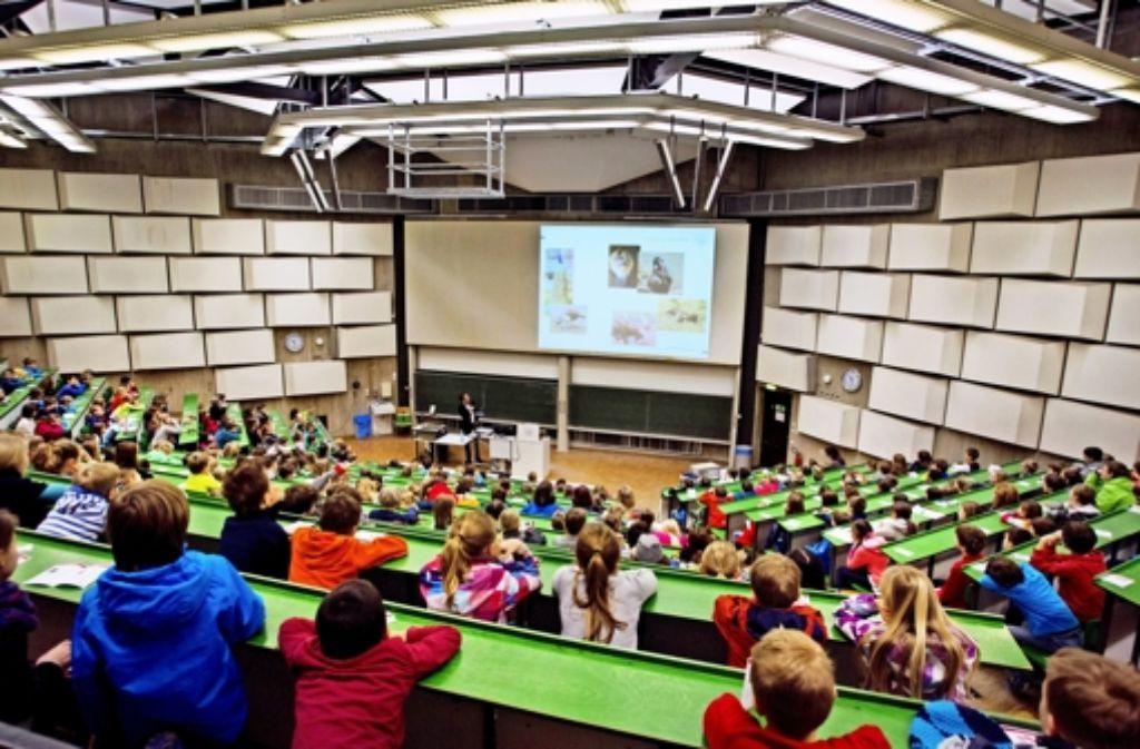Volles Haus bei der Kinder-Uni: auch von ganz hinten hatten die Studenten Professor Hasselmann und sein Anschauungsmaterial gut im Blick... Foto: Christian Hass Stuttgart