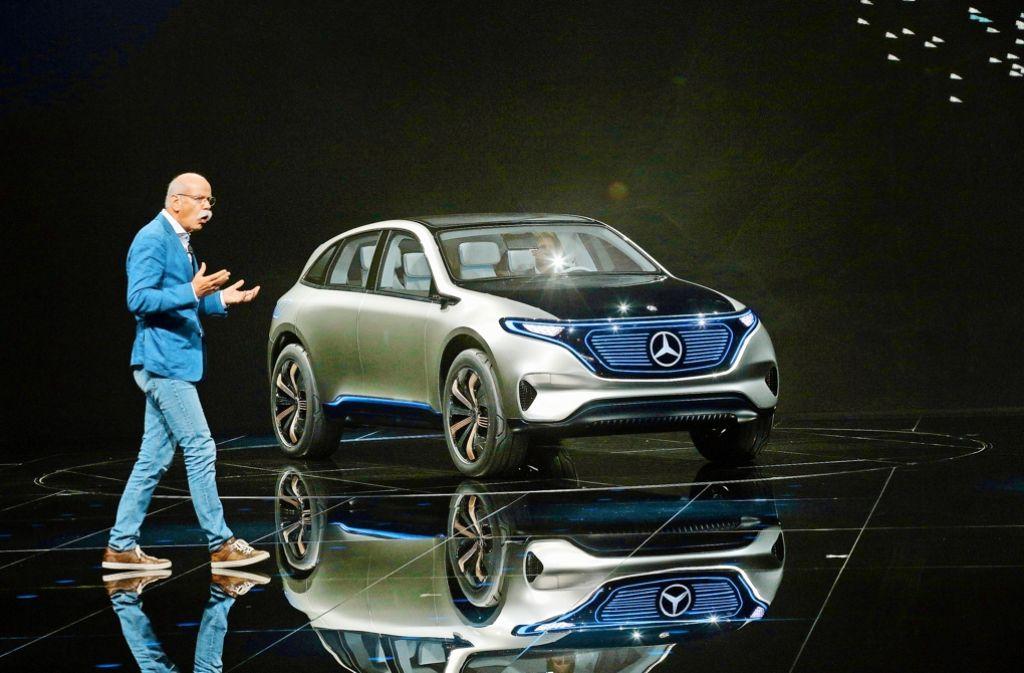 Auf Aufholjagd: Daimler-Chef Dieter Zetsche präsentiert in Paris die Studie EQ. Foto: AP