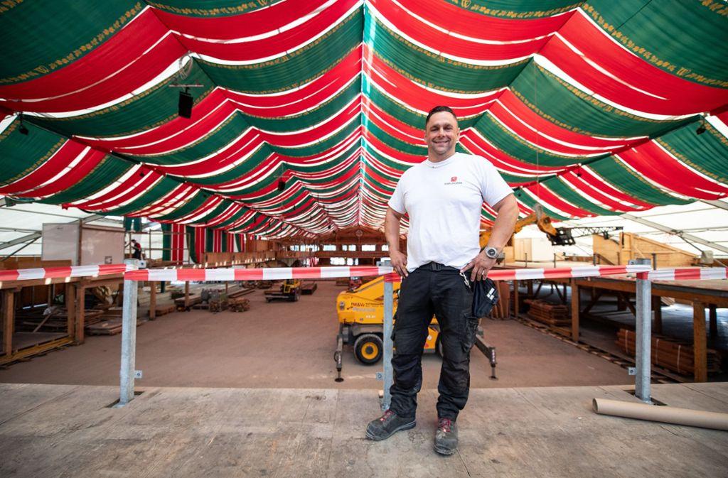 Ungefähr 15 000 Arbeitsstunden stecken laut Projektleiter Döllinger in einem der großen Festzelte. Foto: dpa