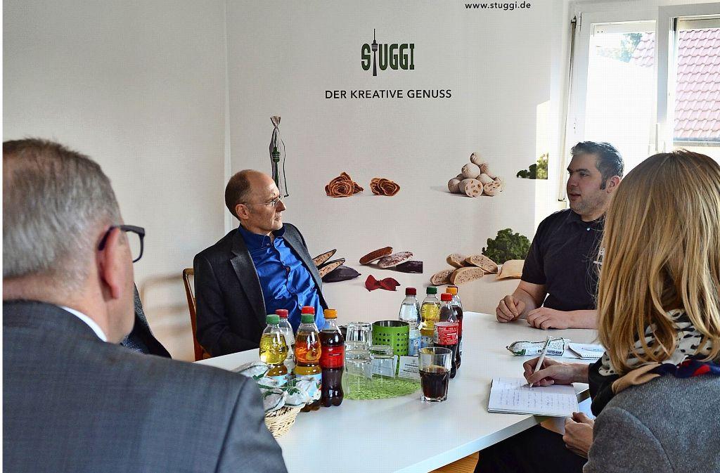 """Stefan Bless (rechts) erklärte den Gästen von der Handwerkskammer Region Stuttgart das Konzept hinter seinem Onlineshop """"Stuggi"""". Foto: Wiebke Wetschera"""