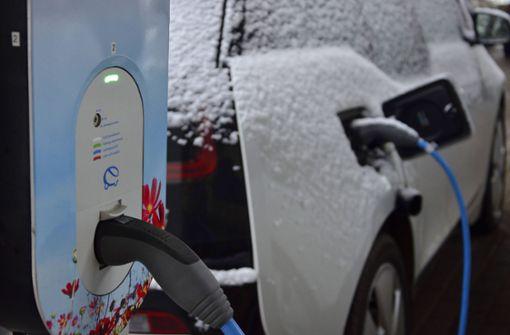 So schlagen sich Elektroautos und E-Bikes im Winter