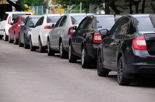 Grundsätzlich ist das Parken entgegen der Fahrtrichtung verboten. Wir zeigen Ihnen die Bußgelder und Ausnahmen im Überblick.