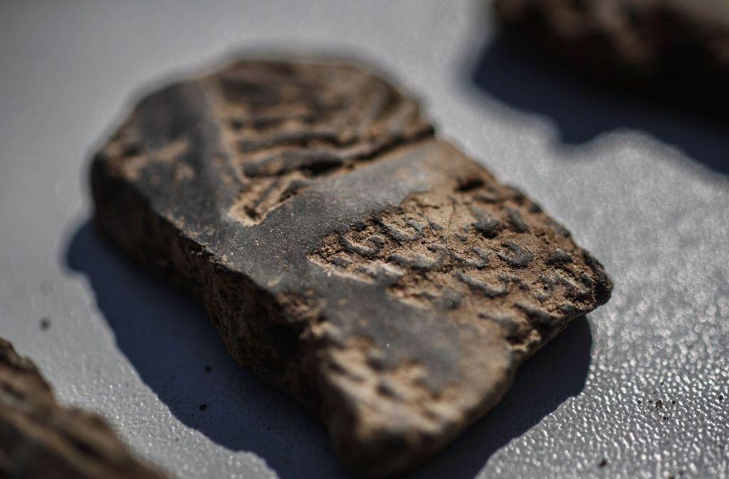 Auf einer  Tonscherbe aus der Jungsteinzeit sind deutlich  Gravuren zu sehen. Foto: Gottfried Stoppel