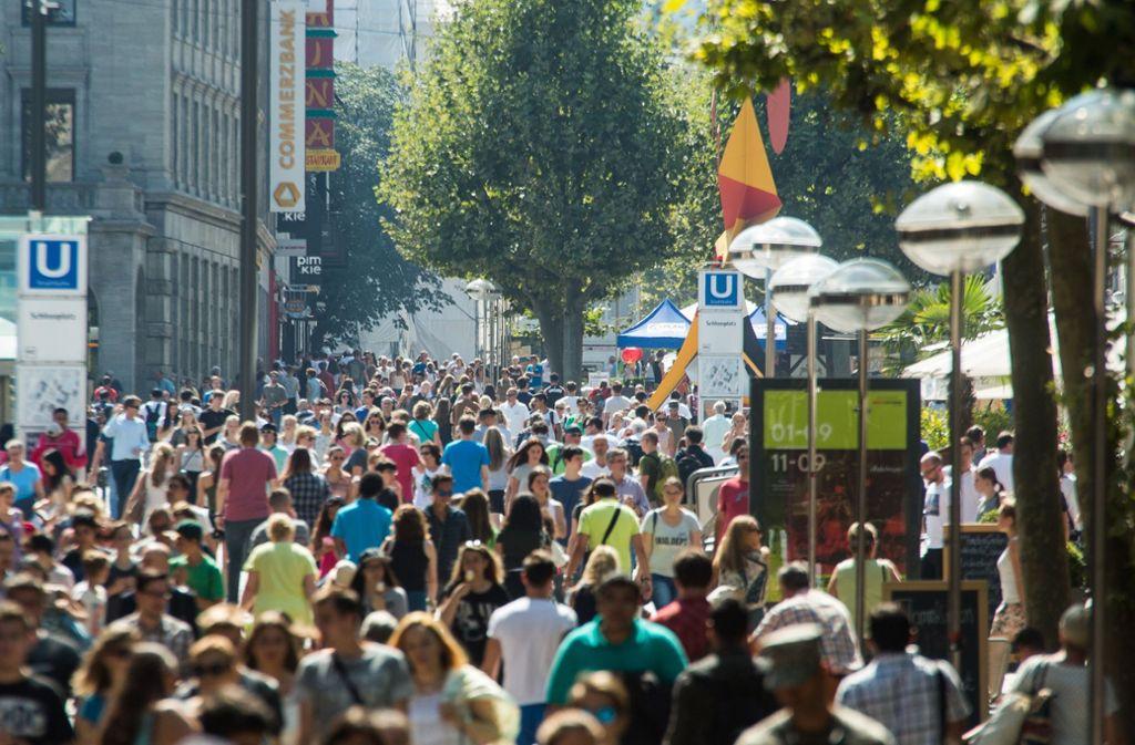 Die Menschen der Region Stuttgart geben so viel fürs Einkaufen aus wie nie – auch auf der Königstraße in Stuttgart. Foto: dpa