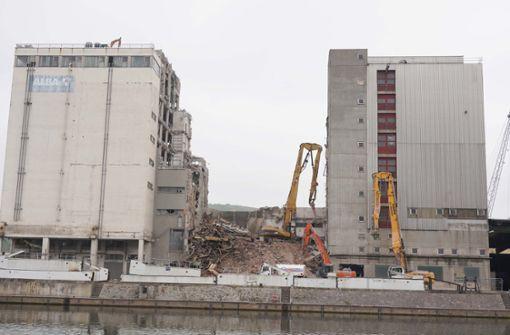 Am Neckarhafen  fallen hohe Bauten