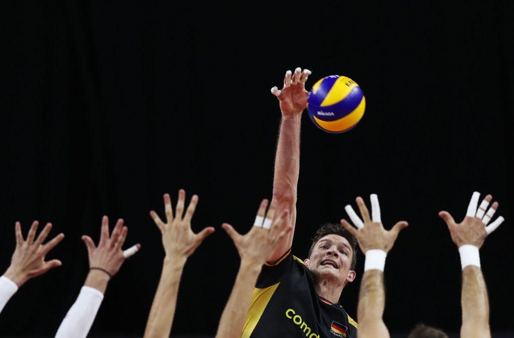 Die deutschen Volleyballer haben beim EM-Spiel am Freitag gegen Serbien verloren. Foto: dpa/Francisco Seco