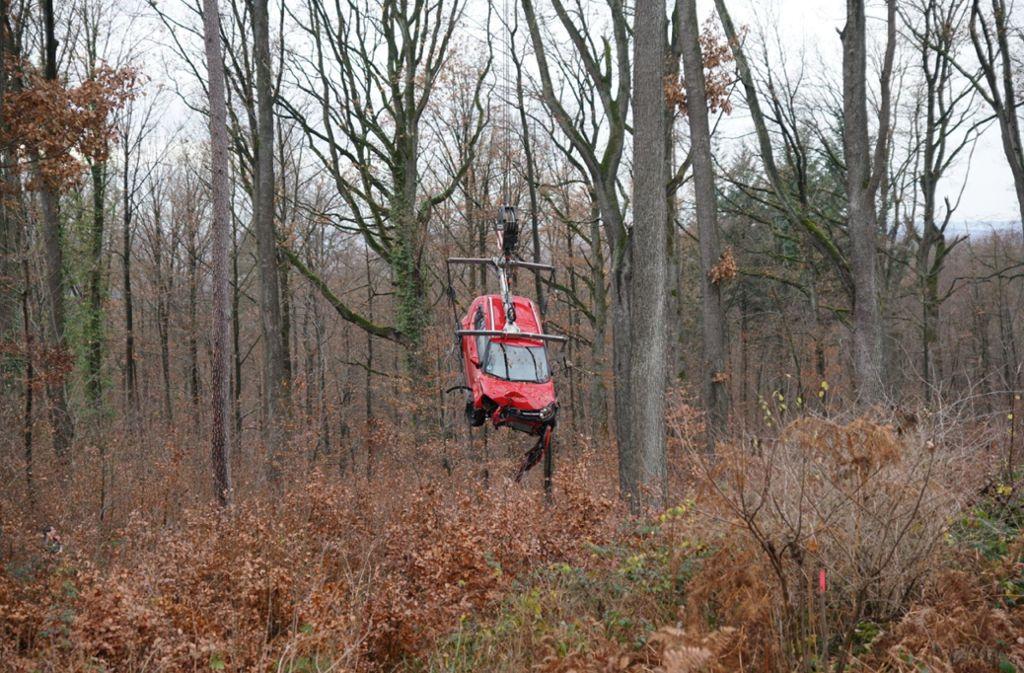 Der neue Suzuki eines Mannes musste mit einem Kran aus einem Waldstück bei Esslingen geborgen werden. Foto: SDMG