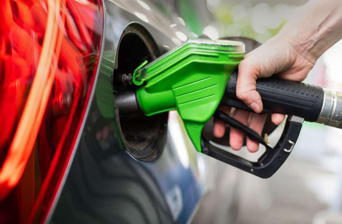 Benzin tanken – so teuer wie seit 2013 nicht mehr (Symbolbild) Foto: dpa/Sven Hoppe