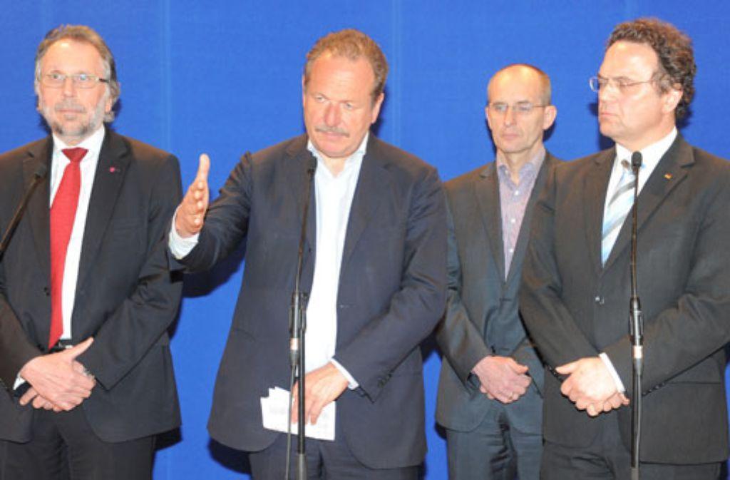 Gezeichnet von drei Verhandlungstagen traten  Frank Bsirske (links) und Hans-Peter Friedrich (rechts, beide im Vordergrund) am Samstagmorgen vor die Medienvertreter. Quelle: Unbekannt