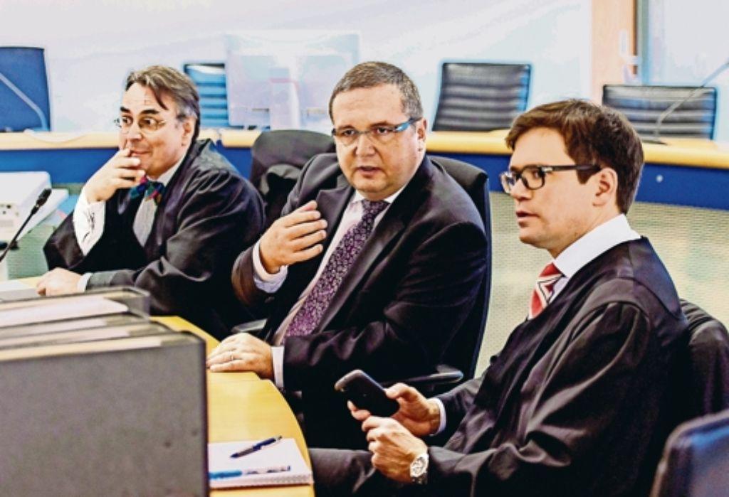Stefan Mappus (Mitte)  unterhält sich vor Prozessbeginn mit seinen Anwälten Franz Enderle (links) und Foto: dpa