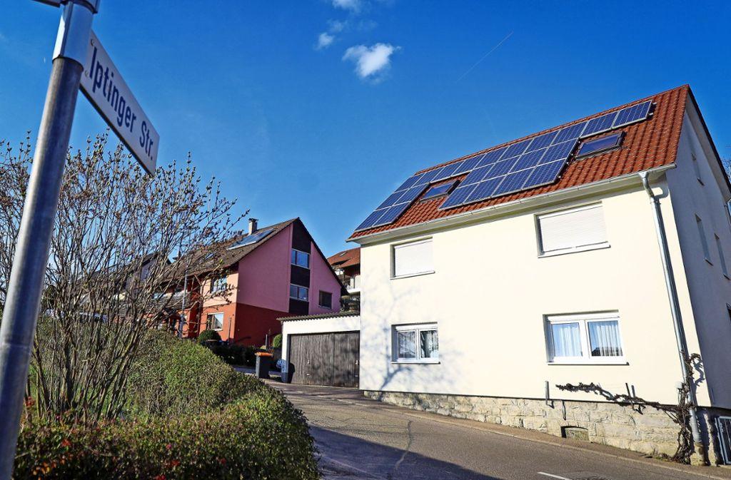 Weissach will mehr Klimaschutz: Ein im Besitz der Gemeinde befindliches Wohnhaus hat schon Fotovoltaik. Foto: factum/Simon Granville