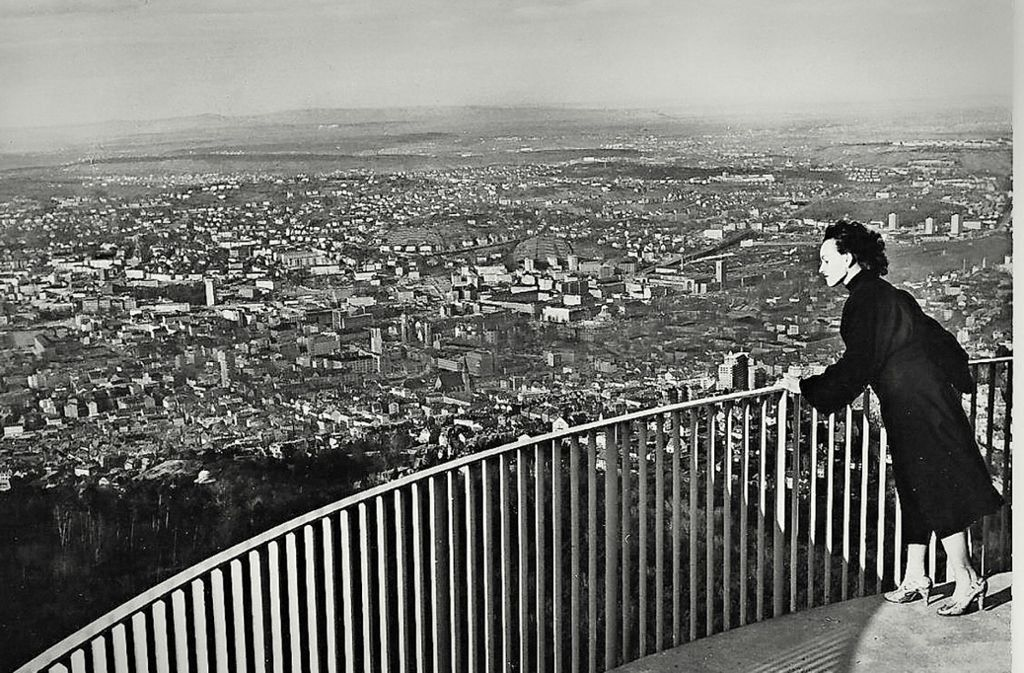 1956 war das Geländer auf der oberen Plattform des Fernsehturms nicht sehr hoch. Foto: Sammlung Wibke  Wieczorek