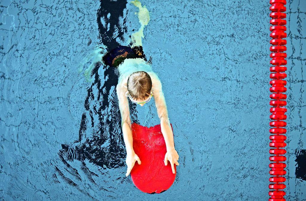 Im Land Baden-Württemberg bietet etwa jede vierte Grundschule keinen Schwimmunterricht mehr an – das hat vor allem zwei Gründe. Foto: dpa/Rolf Vennenbernd