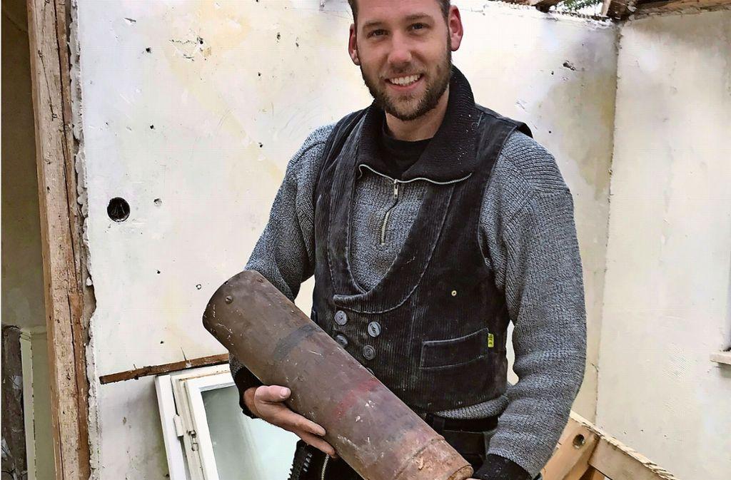 Der Dachdecker Alexander Stoll holt die Bombe, die er für ausgebrannt hielt, aus dem Gebälk und bringt sie zur Polizei. Dort verständigt man umgehend den Kampfmittelbeseitigungsdienst.  Foto: Alexander Stoll