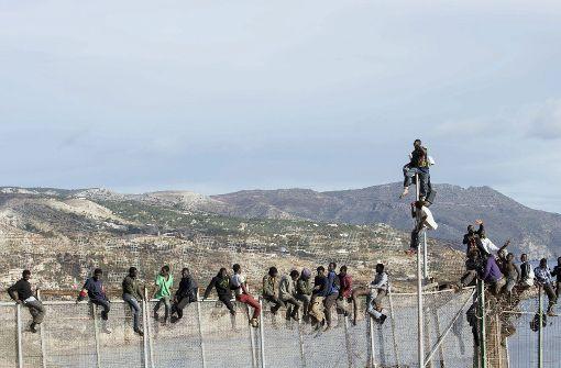 Hunderte Flüchtlinge überwinden Grenzzaun in Marokko