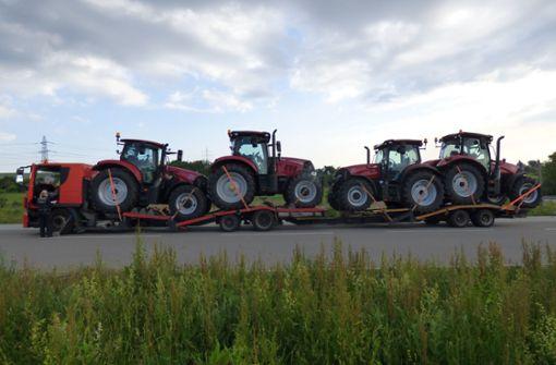 Transporter völlig überladen –  Mit vier statt zwei Traktoren unterwegs