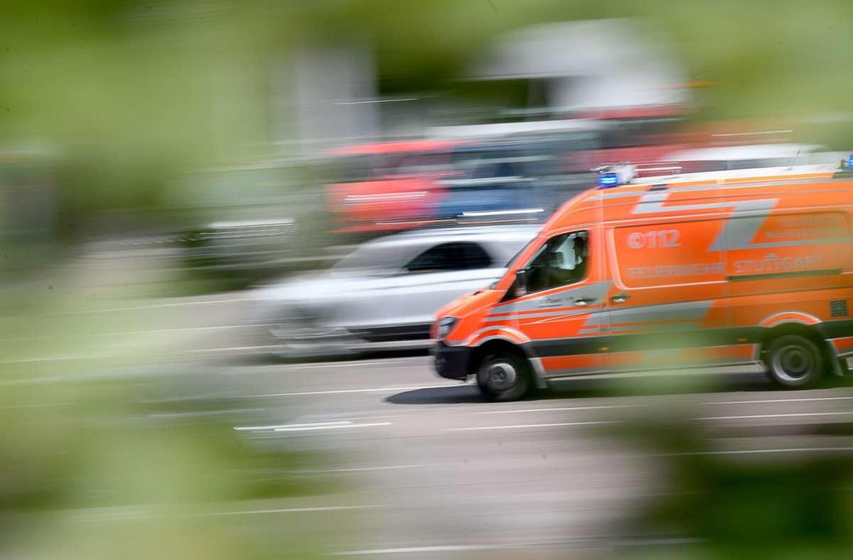 Der Rettungsdienst brachte den verletzten Lkw-Fahrer vorsorglich in eine Klinik. (Symbolfoto) Foto: dpa-tmn/Sebastian Gollnow