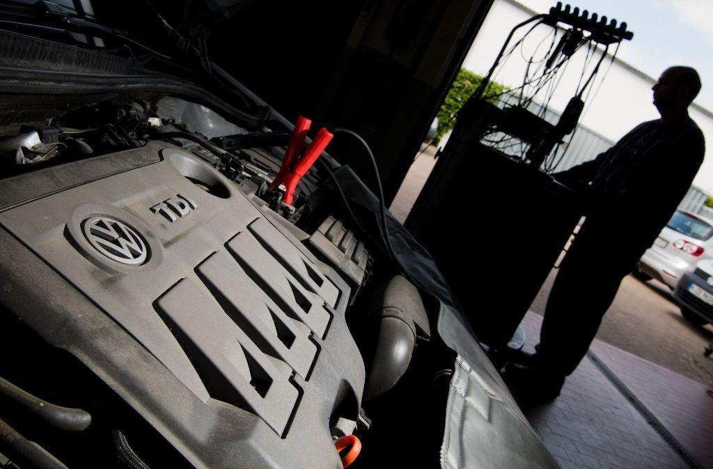Ein Kfz-Meister lädt im Rahmen einer Rückrufaktion zum Abgasskandal ein Software-Update auf einen Volkswagen Golf mit einem 2,0-Liter-Dieselmotor. Foto: dpa