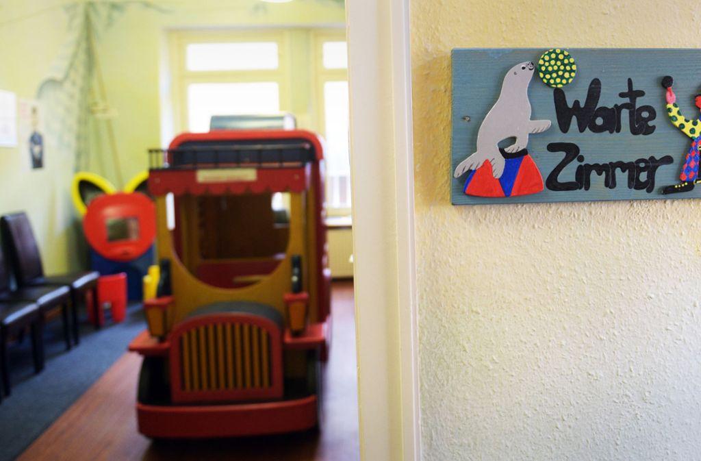In einigen Kinderarztpraxen im Kreis bekommt man nicht einmal einen Platz im Wartezimmer Foto: dpa