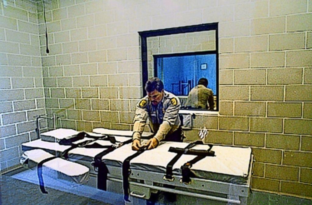 Ein Gefängisaufseher in Arizona bereitet eine Hinrichtung per Giftspritze vor. Foto: AP