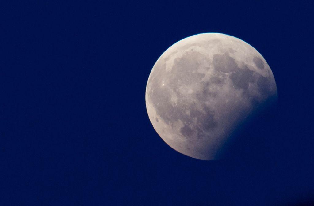 Eine partielle Mondfinsternis bot im August 2017  in  München  diesen Anblick. Foto: dpa