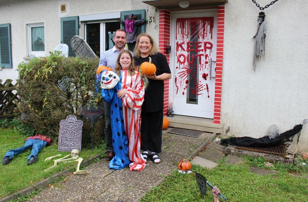 Sie lieben es, ihr Haus zu dekorieren: Mama Sabrina O'Shea, Papa Ingmar Gscheidle und Tochter Caitlin. Foto: Caroline Holowiecki