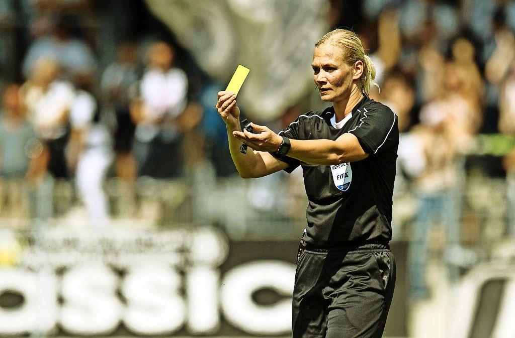 So geht's nicht! Schiedsrichterin Bibiana Steinhaus zeigt die gelbe Karte. Foto: Gettyabo