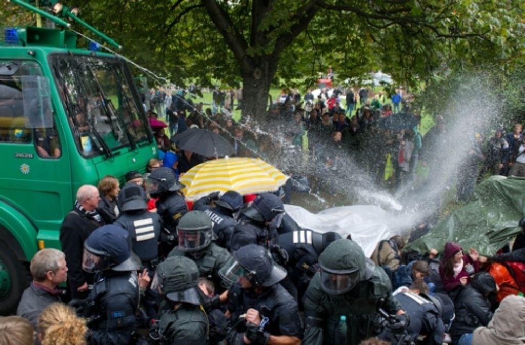 Demonstranten sind bei dem Wasserwerfer-Einsatz zum Teil schwer verletzt worden. Foto: dpa