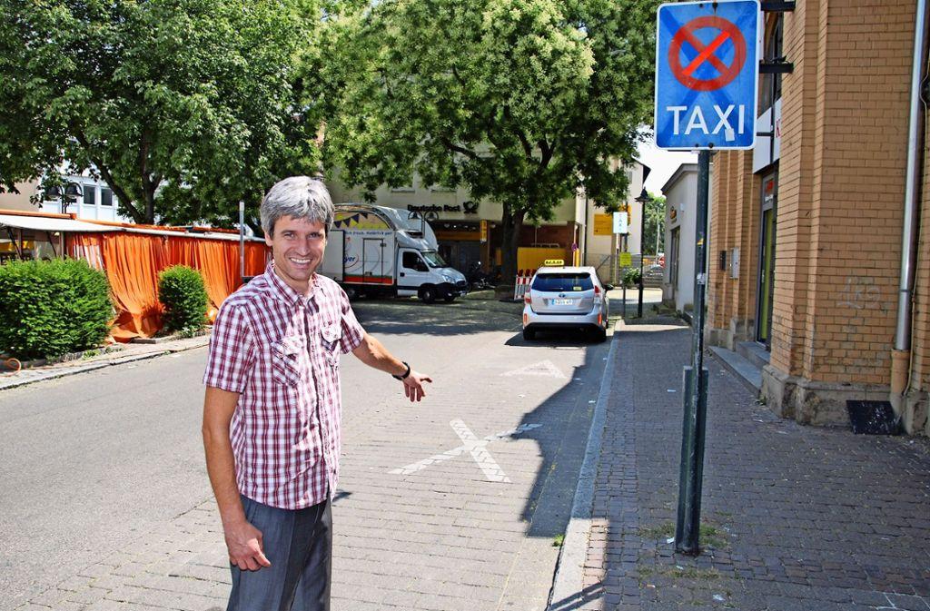 Auf einem der vier Taxiparkplätze  könnte sich Autohaus-Chef Markus Krautter  einen Carsharing-Platz vorstellen. Foto: