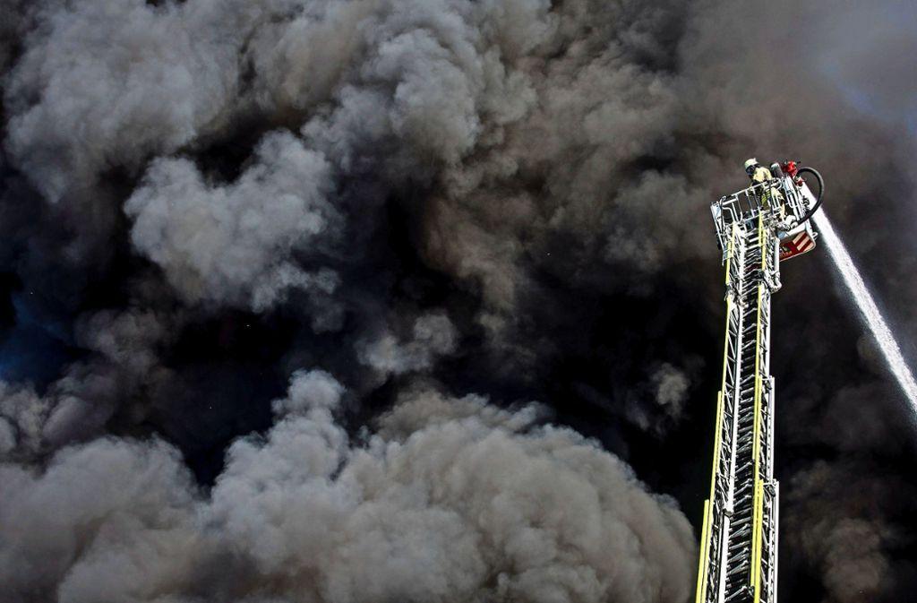 Dramatischer Anblick: Feuerwehreinsatz beim Remsecker Großbrand. Foto: dpa