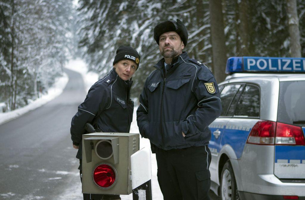 Alles andere als harmlos: Christina Große und Juergen Maurer als Dorfpolizisten Foto: SWR
