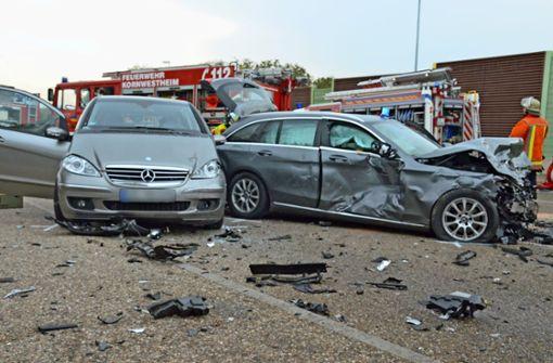 Schwerer Unfall: Polizeiauto rammt drei Limousinen