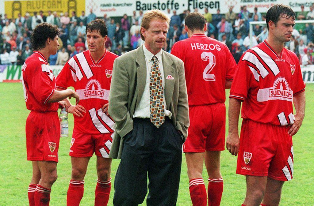 Blamage in Sandhausen: VfB-Trainer Rolf Fringer und das VfB-Team im August 1995 Foto: Baumann