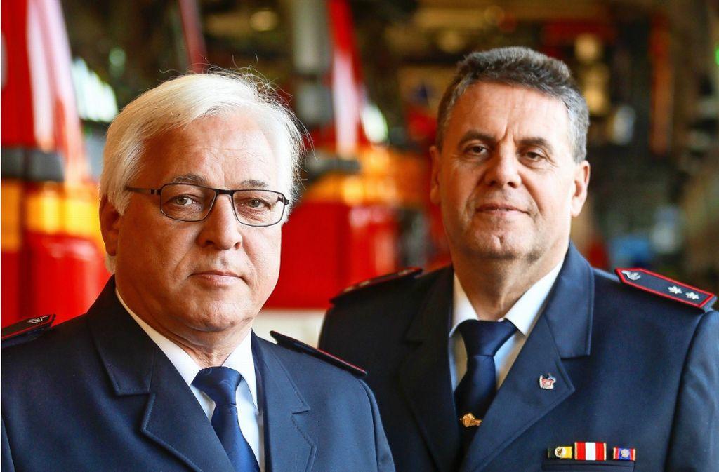 Walter Bauer (links) ist jetzt Ehrenkommandant der Leonberger Feuerwehr, Rainer Weidle  wurde für sein langjähriges Engagement zum Ehrenmitglied ernannt. Foto: factum/Granville