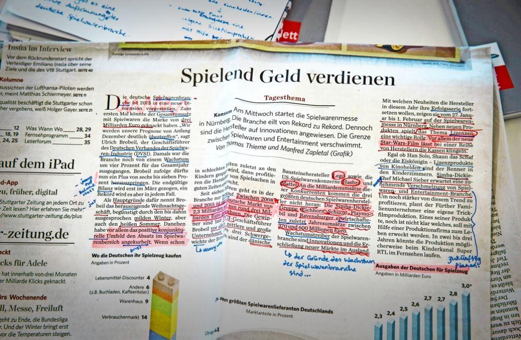 Mit Zisch komplexe Themen begreifen: die Schüler eines Deutsch-Kurses arbeiteten intensiv mit der Tagezeitung. Foto: Lichtgut/Achim Zweygarth
