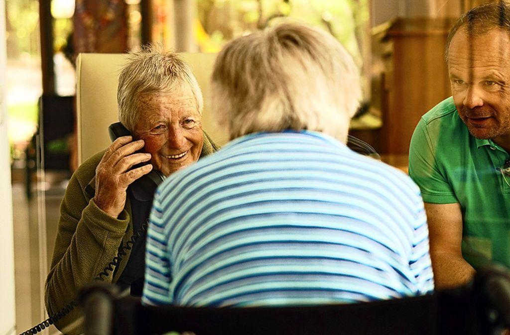 Im Generationenzentrum Sonnenberg treffen sich Bewohner und Angehörige in separaten Räumen und getrennt durch  eine Scheibe. Foto: Generationenzentrum Sonnenberg