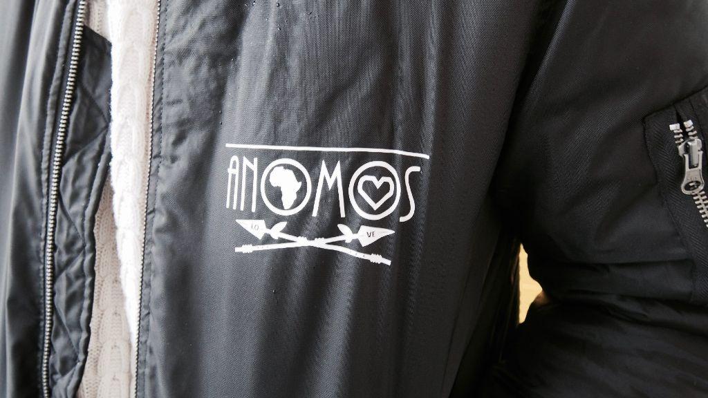 Die Bomber-Jacke ist von Anomos. Aber eigentlich trägt Nosa am liebsten seine Vintage-Jeansjacken. Foto: Tanja Simoncev