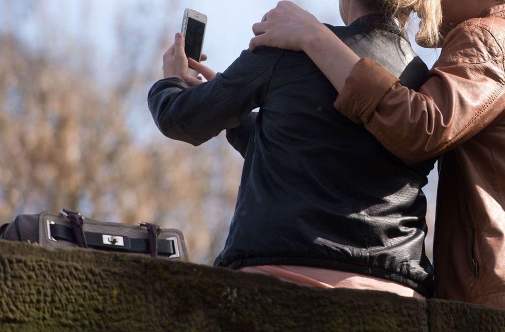 Zwei Touristen aus Australien sind allem Anschein nach beim Selfie-Knipsen in Portugal in den Tod gestürzt (Symbolfoto). Foto: dpa