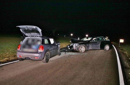 Autofahrer kracht in Gegenverkehr und verletzt sich schwer