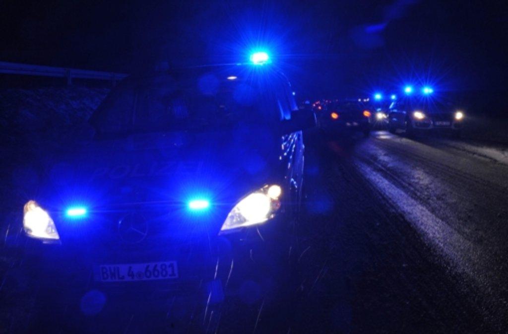 In der Nacht auf Sonntag hat sich ein 43-Jähriger betrunken hinter das Steuer gesetzt und einen Unfall verursacht. (Symbolbild) Foto: dpa