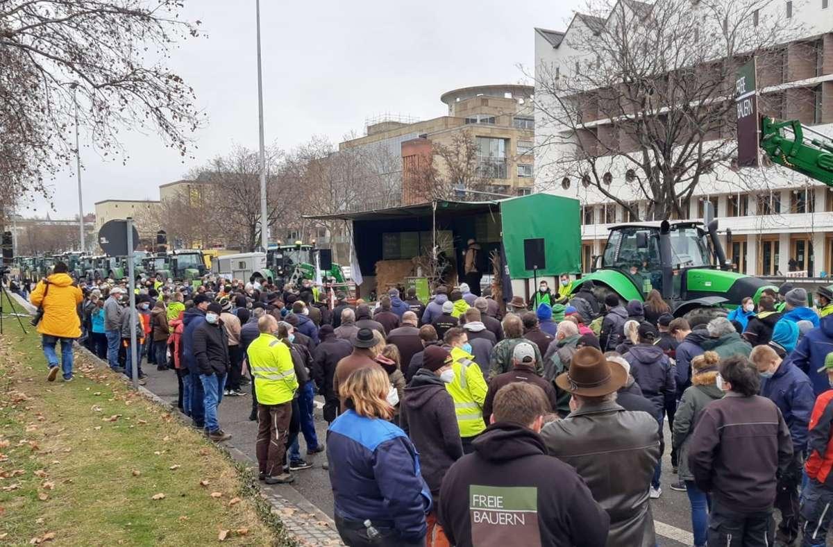 Nach Schätzungen waren rund 400 Bauern vor dem Stuttgarter Landtag. Foto: Martin Schmid