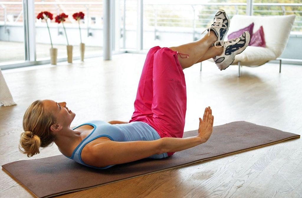 Viele Ärzte empfehlen Frauen, den Beckenboden in jedem Alter zu trainieren, um die Gefahr einer Absenkung zu reduzieren. Foto: dpa-tmn/DAK/Hanuschke und Schneider