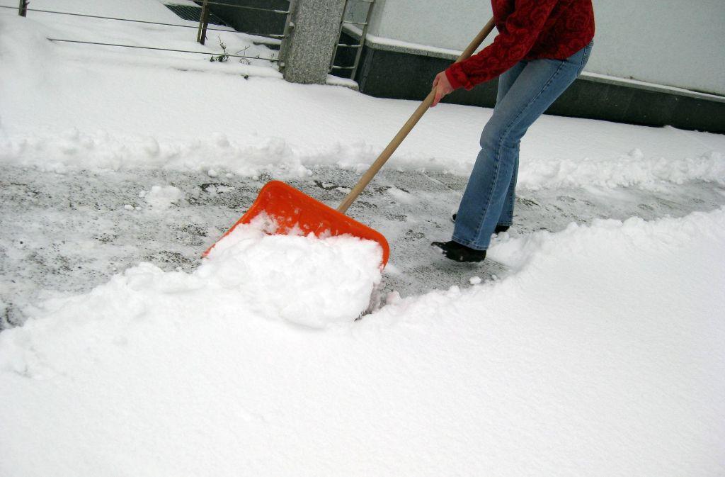 Hier hätte schon längst der Gehweg vom Schnee freigeräumt werden müssen. Foto: Steinert