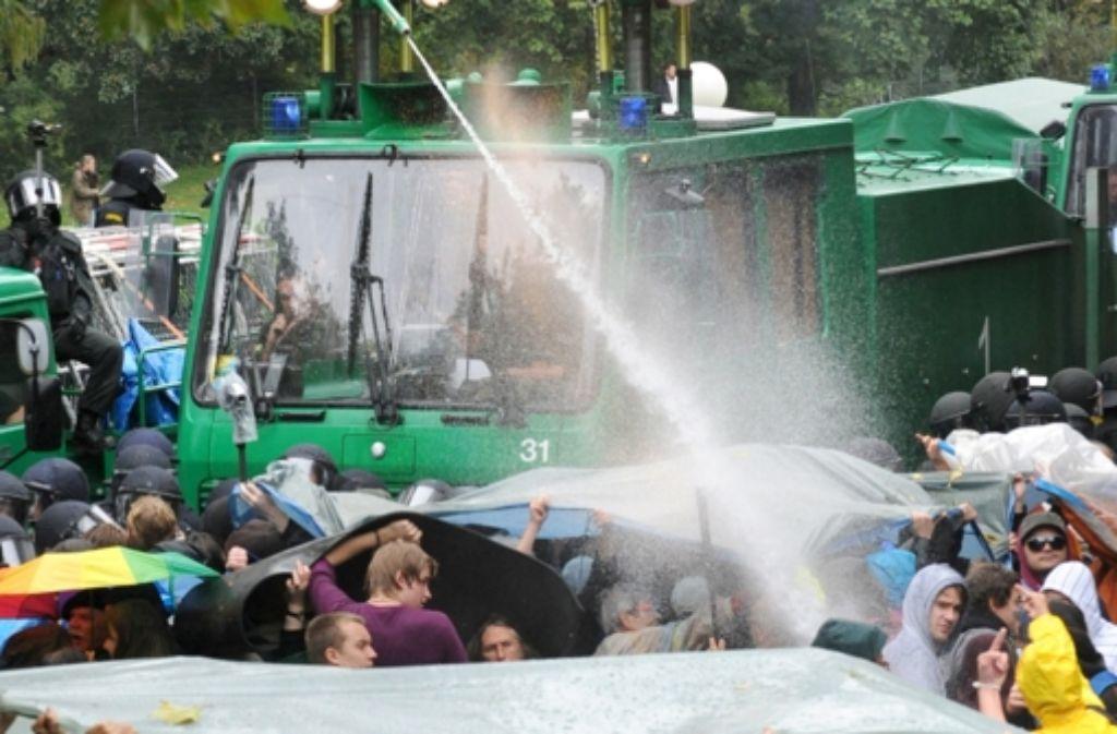 Am 30. September 2010 sind im Schlossgarten auch Wasserwerfer eingesetzt worden. Foto: dpa